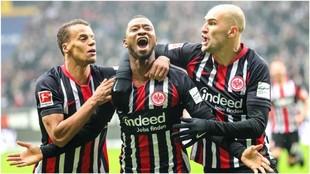 Almamy Toure (Eintracht Frankfurt) celebra su gol ante el Leipzig con...