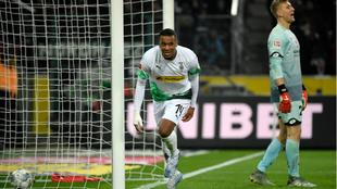Pléa celebra uno de sus dos goles al Mainz