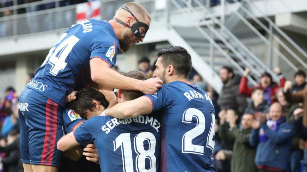 Los jugadores del Huesca celebran el segundo tanto del equipo ante el...