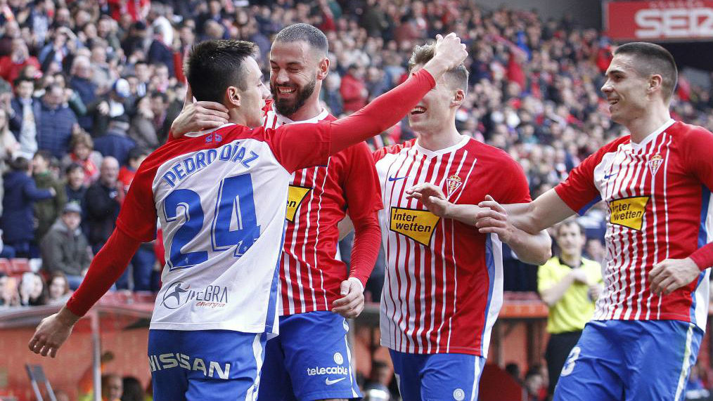 Los jugadores del Sporting celebran el tanto logrado por Pedro Díaz.