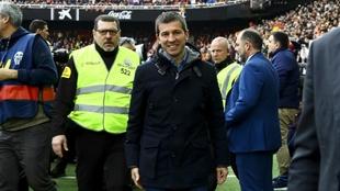 Celades, en el momento de dirigirse al banquillo de Mestalla.