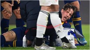Zaniolo se duele tras caer lesionado contra la Juventus.