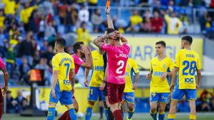López Toca muestra la cartulina amarilla a Carlos Ruiz en el minuto...