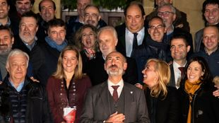 Elizegi, junto a varios de sus directivos y socios que le apoyaron en...