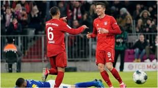 Thiago Alcántara agradece a Robert Lewandowski su asistencia en el...