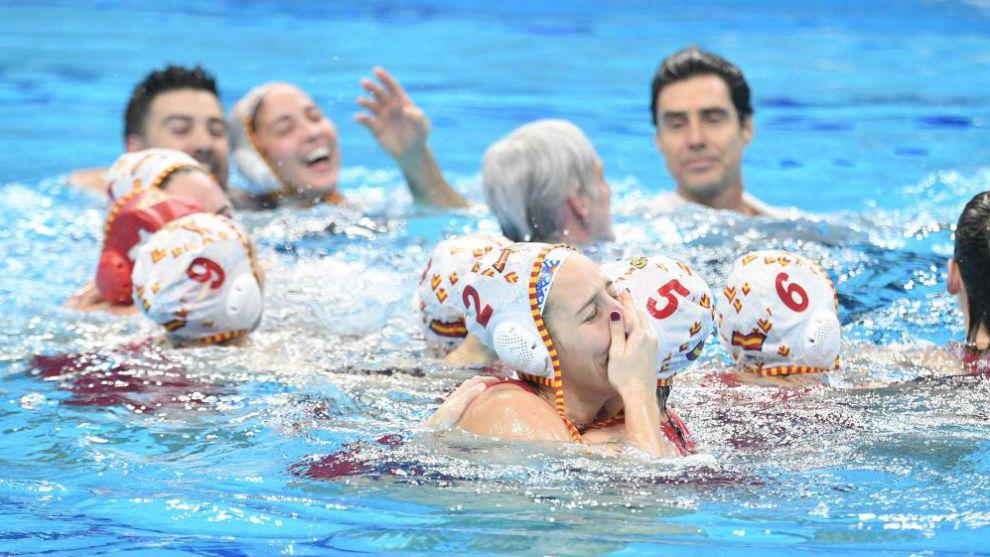 Las jugadoras celebran el triunfo en la piscina del Donau Arena