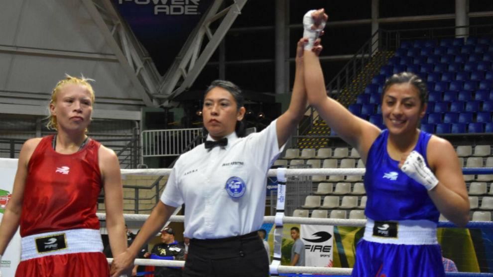 Jessica Nery al momento de ganar el combate