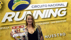 Mireia Belmonte (29) posa con su dorsal en la Feria del Corredor.