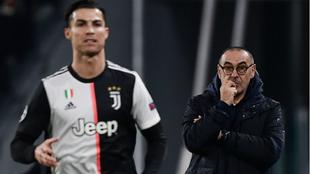 Sarri mira a Cristiano durante un partido con la Juventus