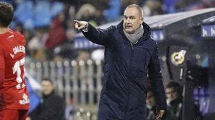 Víctor Fernández da instrucciones a sus jugadores durante el partido...