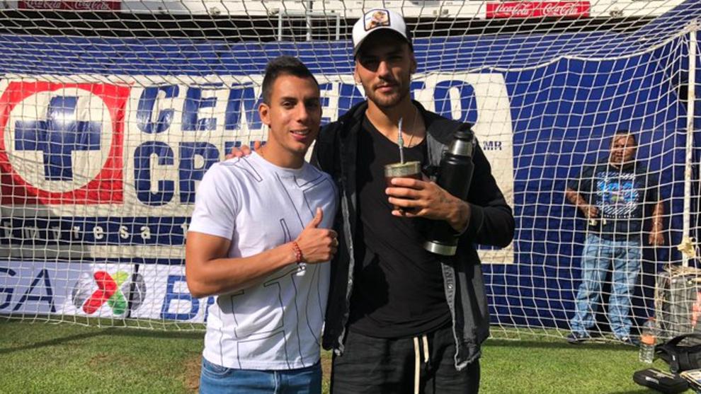 Alex Castro y Lucas Passerini en la cancha del Estadio Azteca.