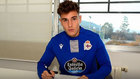 Hugo Vallejo, firmando su contrato con el Deportivo.