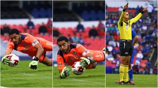 Corona intentando rescatar el balón y Santander con el VAR.