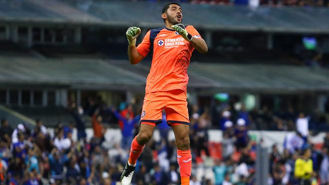 Jesús Corona festeja un gol del Cruz Azul.