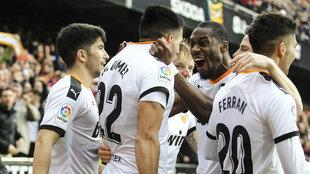 Los jugadores del Valencia celebran un gol de Maxi al Barça
