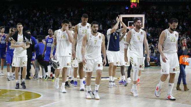 Los jugadores del Real Madrid abandonan el WiZink Center tras la...
