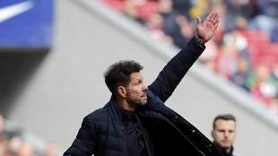 Simeone da una indicación en el partido ante el Leganés.