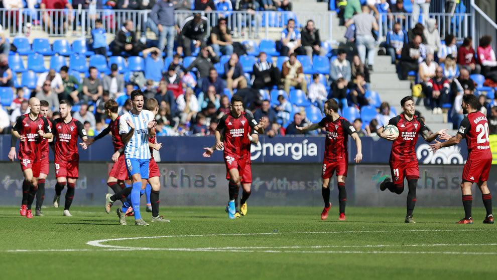 Los jugadores del Mirandés celebran uno de sus dos goles en La...