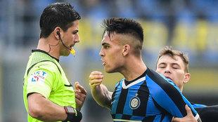 Lautaro se encara con el árbitro tras ser expulsado.