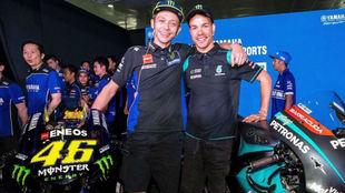 Rossi, con Morbidelli, en un acto de Yamaha.