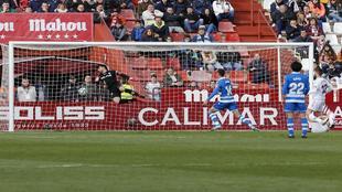 Sabin Merino, en el momento de marcarle el gol a Tomeu Nadal