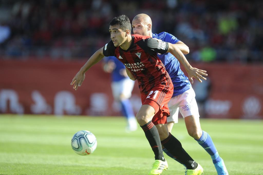 Cristian González, durante el partido ante el Oviedo en Anduva