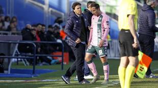 Andrés Guardado se retira del terreno de juego.