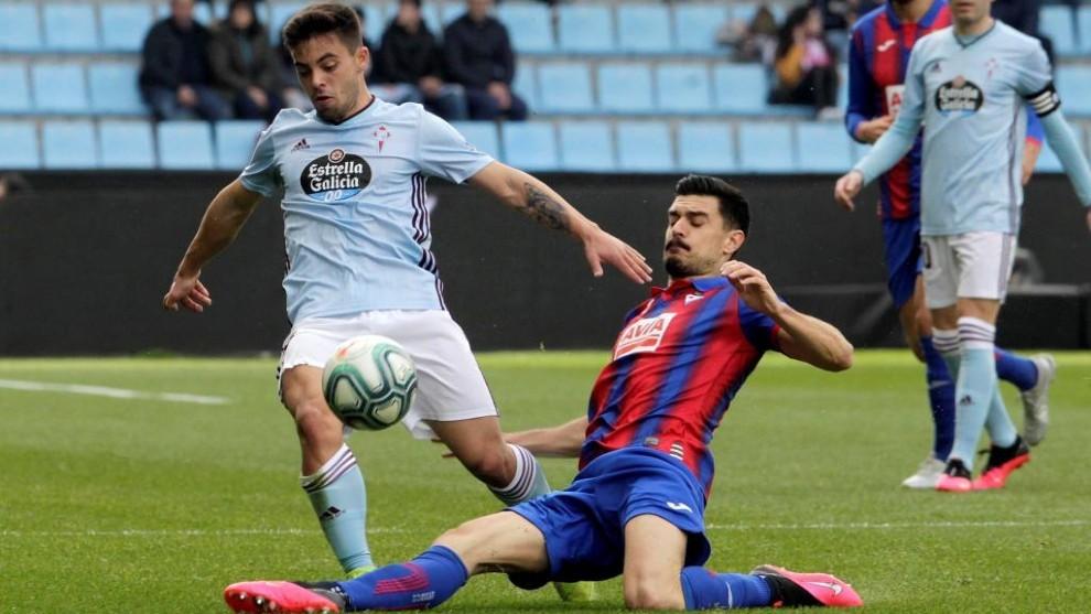 Sergio Álvarez se lanza al suelo para quitarle el balón a Fran...