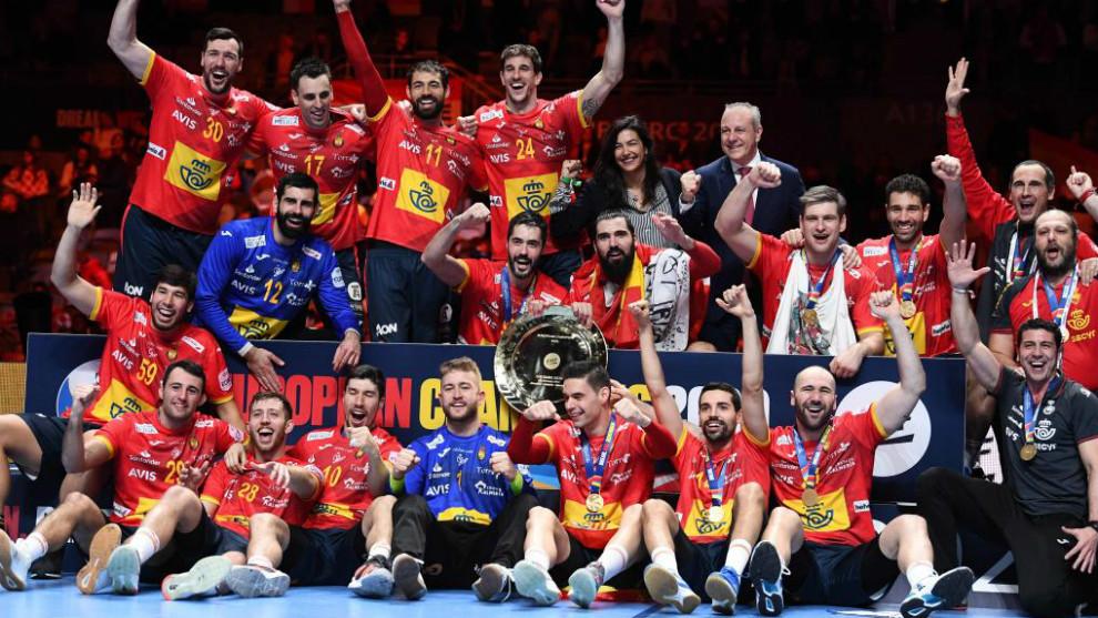 La selección española celebra el título europeo /