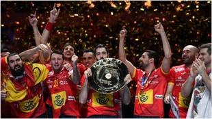 Los jugadores de la selección festejan el oro en el podio /