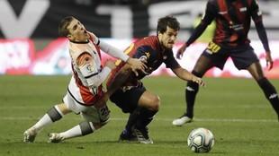 Jony Montiel y Roberto Olabe disputan el balón