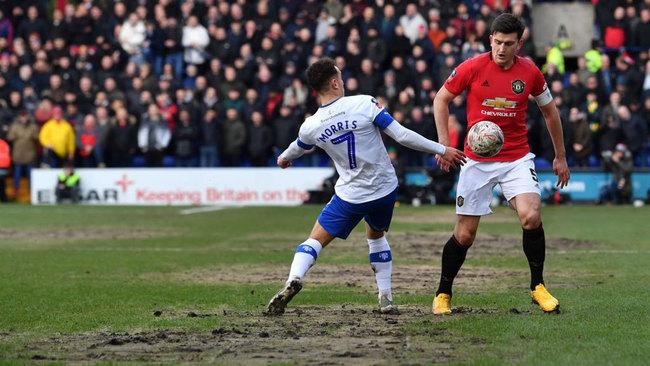 Maguire intenta superar a Morris durante el partido al Tranmere...