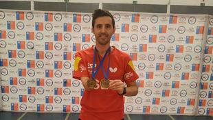 José Manuel Ruiz posa con las dos medallas de oro en Chile.