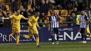 David Fernández y Stoichkov celebran el segundo gol del Alcorcón,...