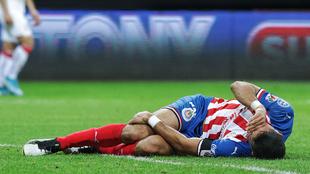 Jesús Molina tendido en el césped durante un partido de las Chivas.