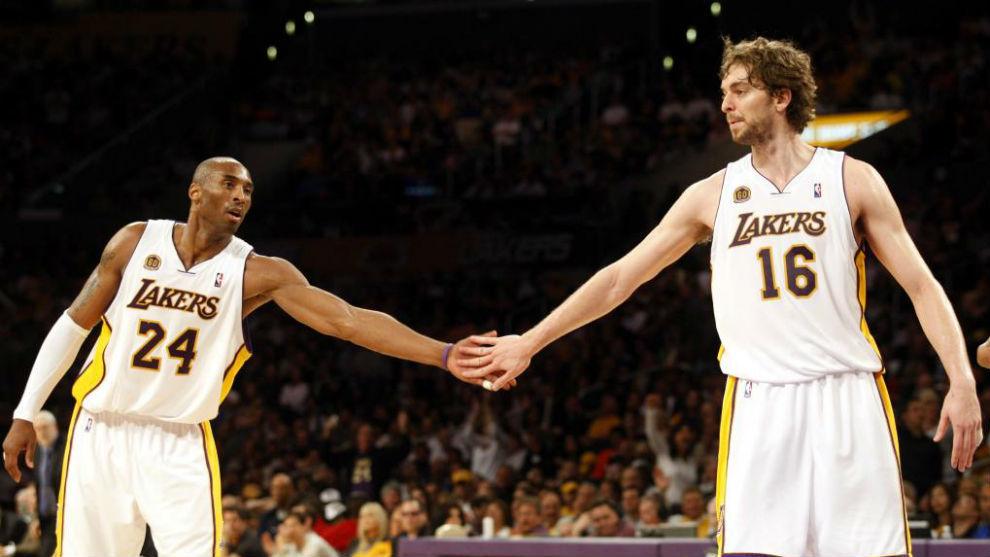 Pau Gasol y Kobe Bryant chocan las manos en un partido de los Lakers.