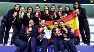 La selección española posa con la medalla de oro del Europeo...