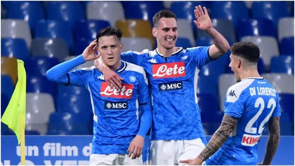Zielinski celebra el gol con Milik y Di Lorenzo.