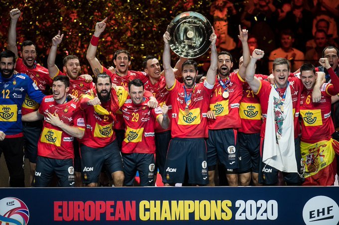 Los jugadores españoles celebran la victoria en el Europeo /