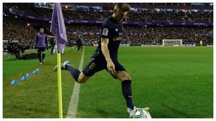 Toni Kroos bota un saque de esquina ante el Valladolid.