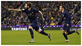 Nacho corre para celebrar con Zidane el 0-1 en Pucela.
