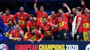 Los jugadores españoles celebran su segundo Europeo de forma...