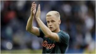 Van de Beek aplaude a los aficionados del Ajax.