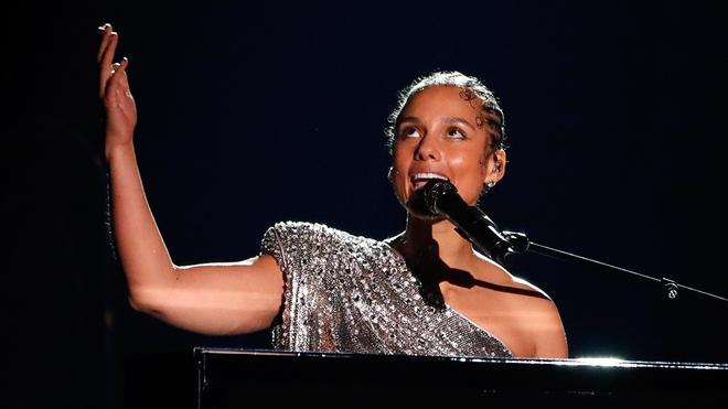Alicia Keys, abriendo la ceremonia, en memoria de Kobe.