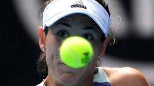 Garbiñe mira fijamente la pelota