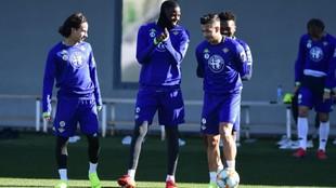 Laínez y Sergio León charlan con Carvalho durante un entrenamiento...