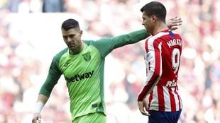 Cuéllar y Morata durante el partido Atlético - Leganés.