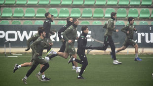 Los jugadores del Betis hacen un ejercicio de velocidad.