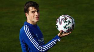 Soro posa para Marca con un balón.
