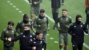 Varios jugadores hacen carrera continua al comienzo de la sesión.